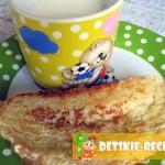 жареный хлеб с яйцом на завтрак для ребенка