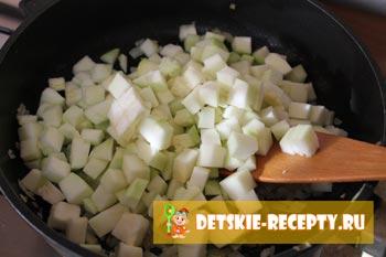 кабачек в сковороде