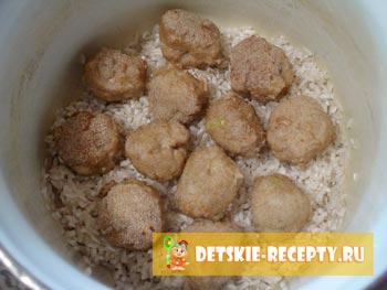 рис и фрикадельки в кастрюле