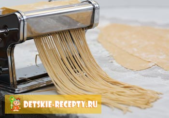 тесто в лапшерезке