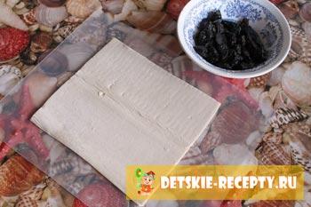 тесто на столе с черносливом