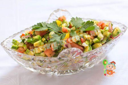 салат с авокадо, помидорами и огурцом