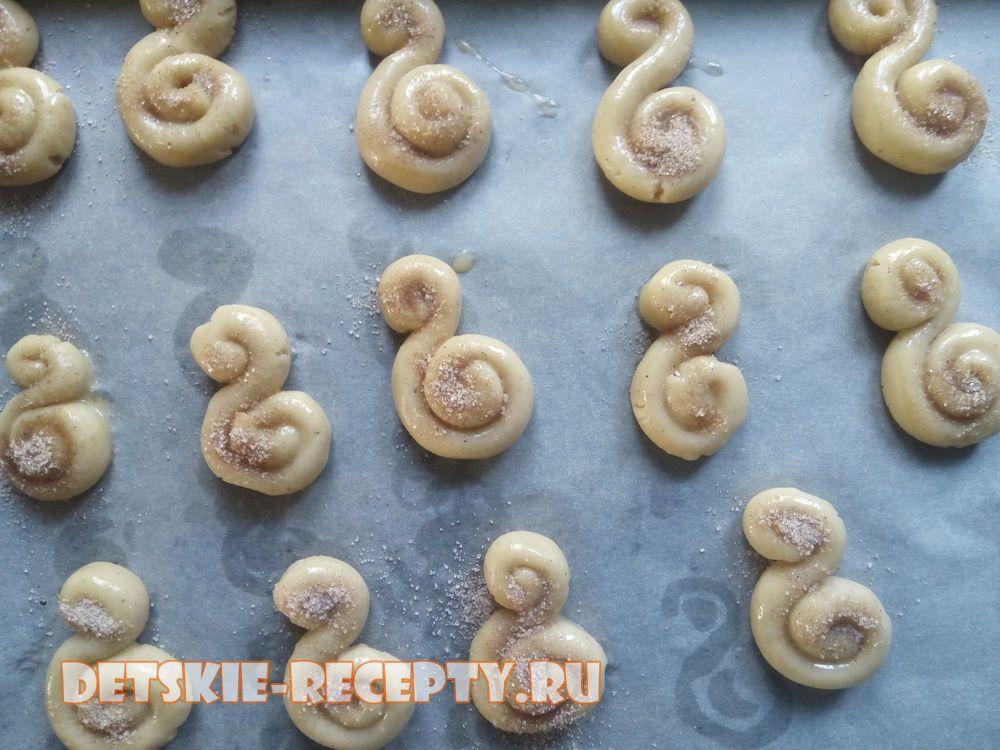 посыпьте печенье корицей с сахаром